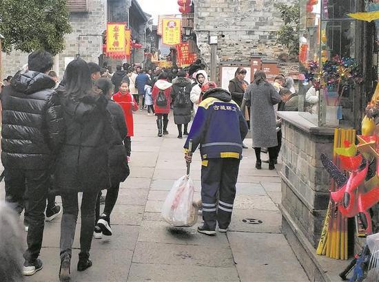 图为:浙江临海环卫工人在紫阳街清扫垃圾。陈耿 摄