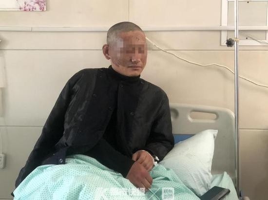 浙江湖州一民房起火 楼下是充电桩民警救火被炸伤