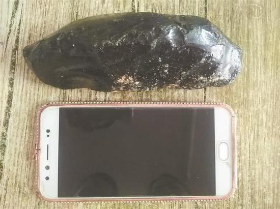 图为陈先生所拾的黑色怪石。