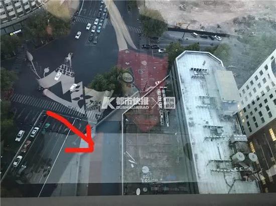 男子掉落在4楼平台上