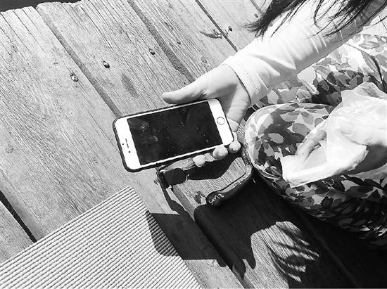 女子练瑜伽手机掉进西湖 十多人变身西湖捞哥来帮忙