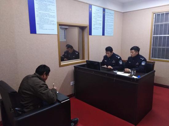 嫌疑人接受审讯。警方供图