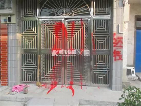 犯罪嫌疑人去受害人家中砸玻璃、喷油漆。