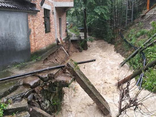 武义一村中小溪因暴雨已变成滔滔洪水。金华公安提供