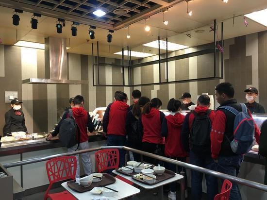 送考的求是中学班主任们,在校门口送完学生后,才到附近餐厅吃上早饭。
