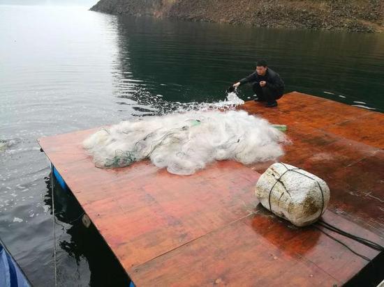 查获的专门用来偷鱼的三层剌网