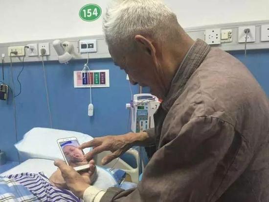 回家想老伴的时候扈爷爷会翻出手机里的照片看看