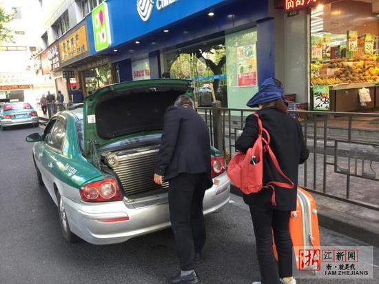霸王车盘踞杭州机场巴士站揽客:生拉硬拽推推搡搡