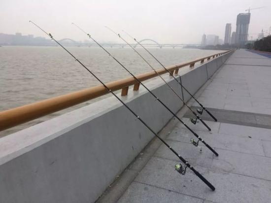 而钱塘江边的钓鱼事故并不是第一次发生了...