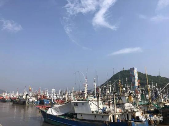 沈家门滨港路一角,回港渔船云集
