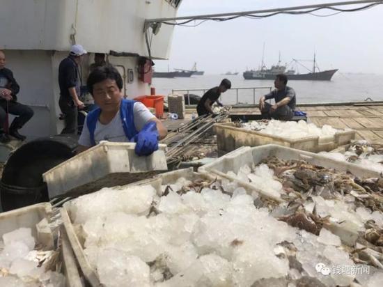 舟山国际水产城,回港渔船正在卸货