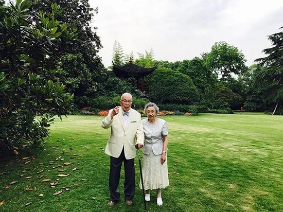 2017年5月19日,孙筱祥和夫人在西湖边的合影