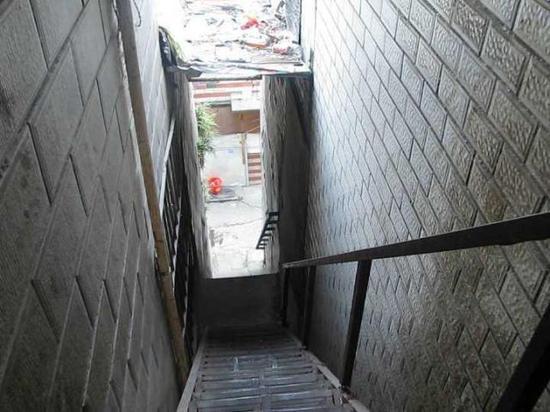 (图为楼梯照,小丽就是从一个楼梯摔下去的,又被拖了回去)
