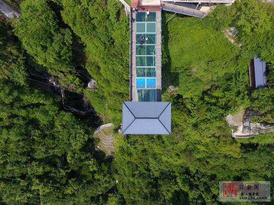 浙江磐安5D玻璃桥建成全长26米 有突然碎裂惊险瞬间
