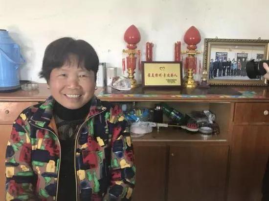 """大家亲切地称傅珍芳为""""棉鞋阿姨""""。"""