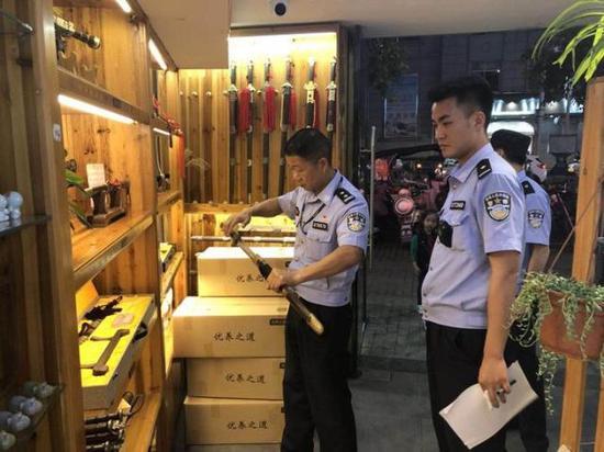 民警检查刀剑的刀口是否开封