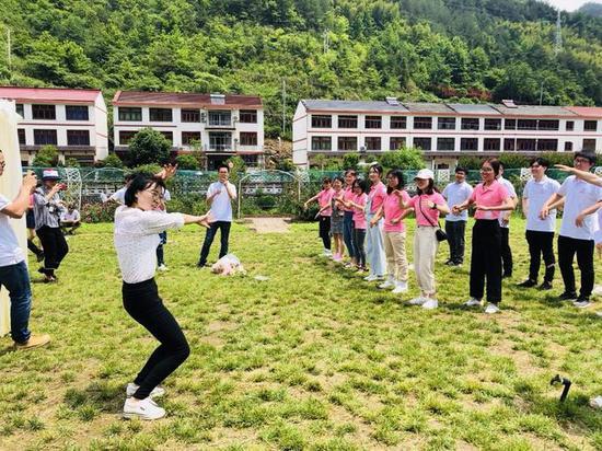 活动共吸引35对来自社会各行各业的男女青年参加。