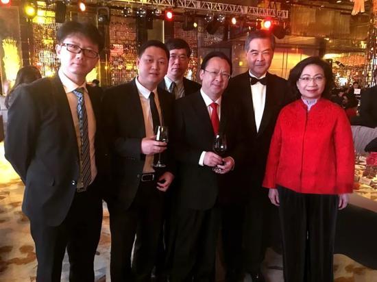 (吴伟与全国政协副主席梁振英夫妇在2017年香港微笑慈善晚宴上)