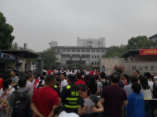 早上8点,学军中学门口已是人山人海。