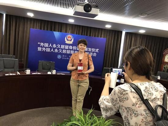 12年前因爱情留在杭州 俄罗斯姑娘获永久居留身份