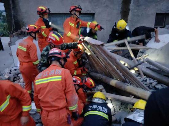 接警后,台州消防支队开发区大队立即出动2辆消防车、14名消防官兵紧急救援。