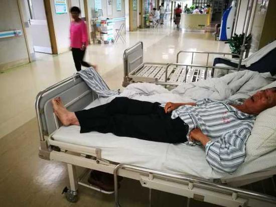 一位大伯姓郑,今年63岁,是住院里伤势相对较轻的,腿上和手臂上软组织挫伤。