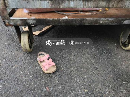 (店门口小女孩遗落的凉鞋)