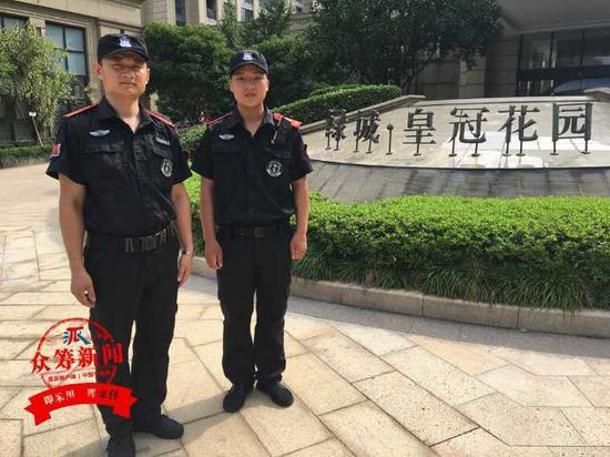 申佐军说,站在窗沿上是个4岁小男孩,他离开时,孩子的爸爸妈妈都吓哭了。