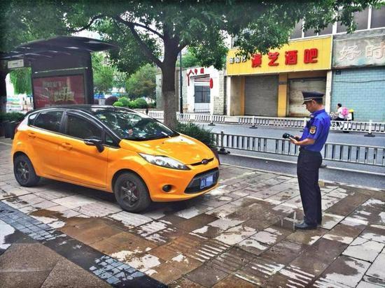 余杭区城管局巡查队员用终端提醒违停车主