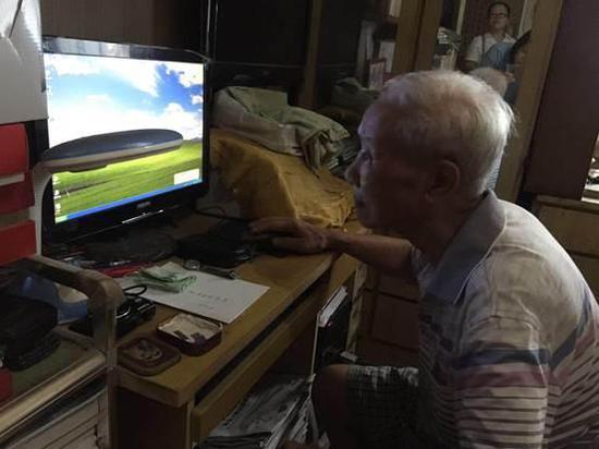 老人自学电脑打字