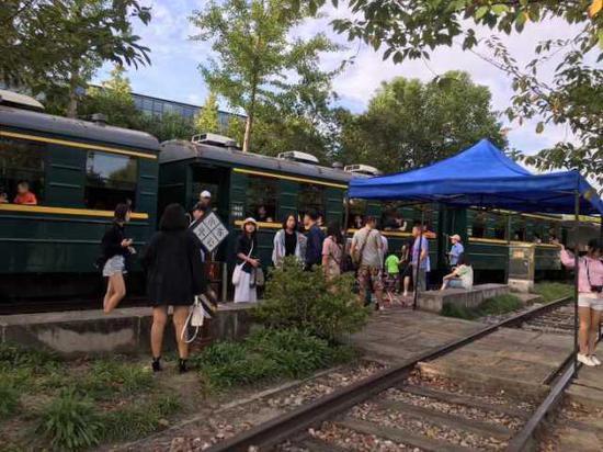 """(上图:乘坐白塔小火车,孩子们可喜欢了!七天长假,景区被""""家庭游""""霸屏。任女士 摄)"""