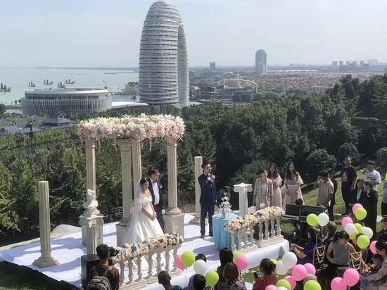 新人在南太湖畔举行婚礼