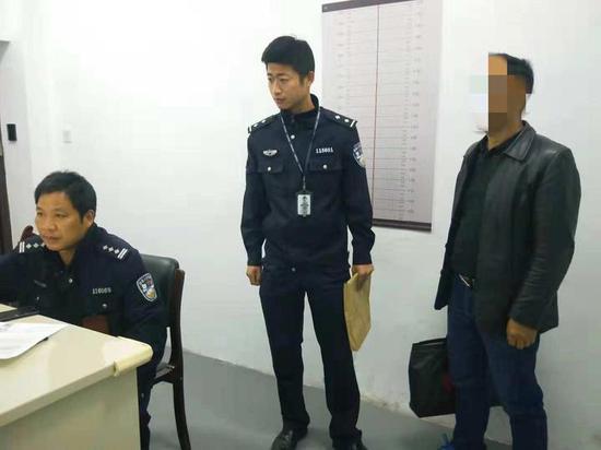 梅城派出所民警胡鑫纳在详细了解了事情经过。