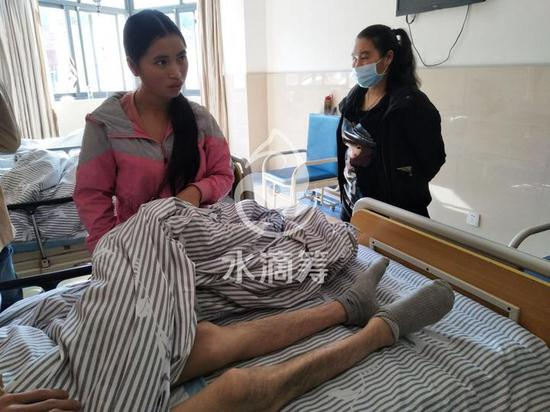 躺在病床上的卢金华,体重是原先一半,只剩35公斤