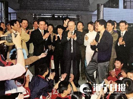 2003年10月25日,金庸在海宁高级中学。