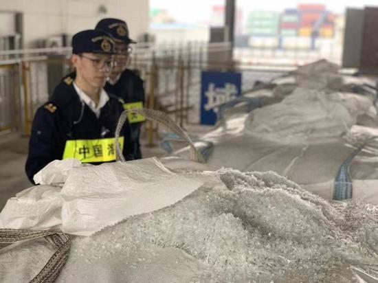 图为宁波海关关员正在对PET瓶片进行查验 赵翊凯摄