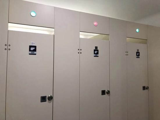 杭州城站火车站聪明厕所:不同颜色表明厕位使用情况