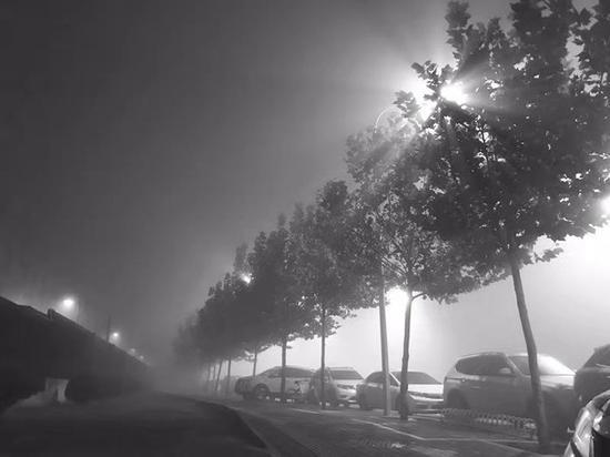 雾霾中的北京之夜。|摄影:铁男