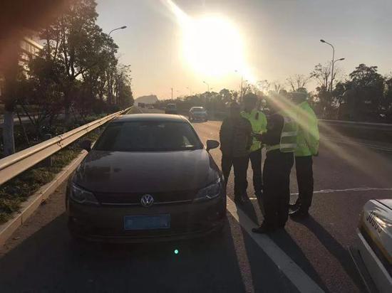 """12月18日,楚门交警当场查获了一名偷偷开车的""""失驾""""人员罗某。"""