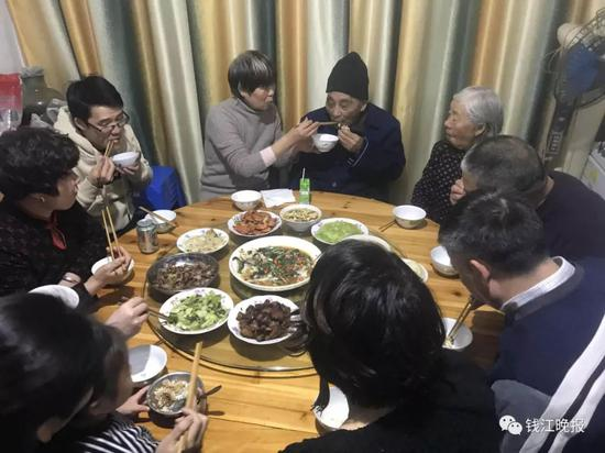 冬至,一家人与老人团聚