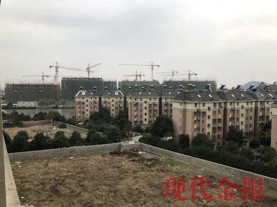 星城半岛小区里将要造新楼的空地