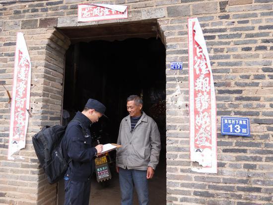 民警到江雅金出生地调查取证。泰顺警方供图