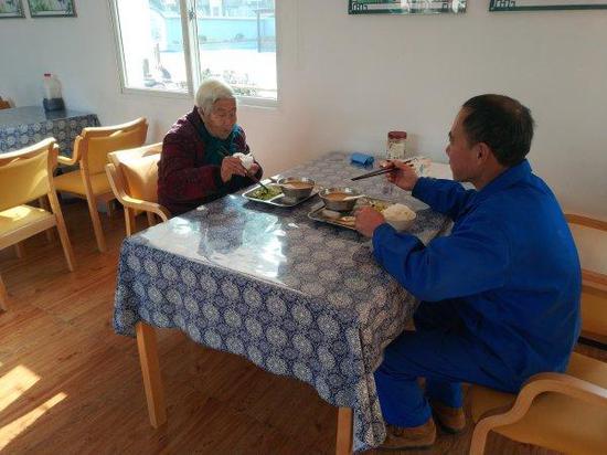 老人在舟山大展居家养老服务照料中心老年食堂就餐。
