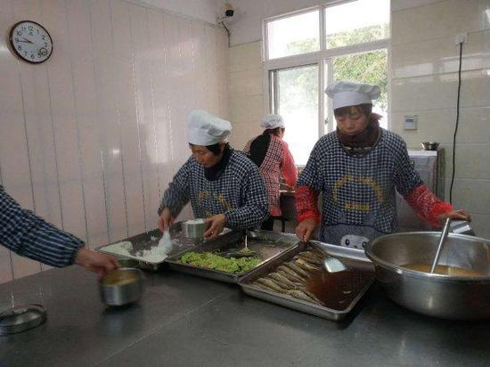 """舟山大展居家养老服务照料中心老年食堂,海鲜每季都会""""上新""""。"""