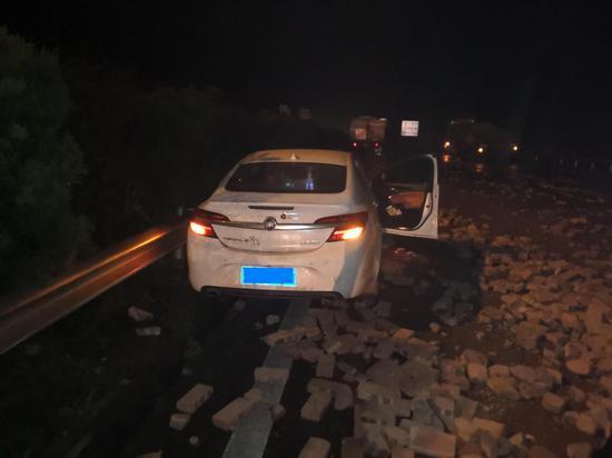 图为:受损车辆 。 王健 摄