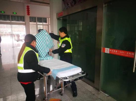 丽水一孕妇在高速服务区临产 众人帮忙救助暖人心