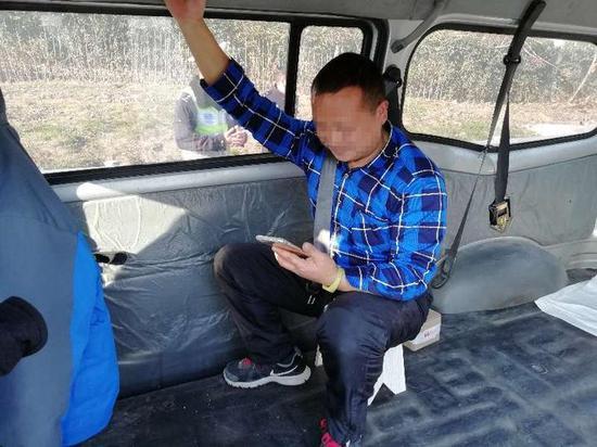 """""""你这样系安全带有用吗?""""民警问这名乘客。"""