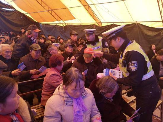 交警在台下向观众分发、讲解。东阳公安提供