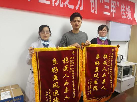 图为:老人家属送来两面锦旗表达谢意。 李婧 摄