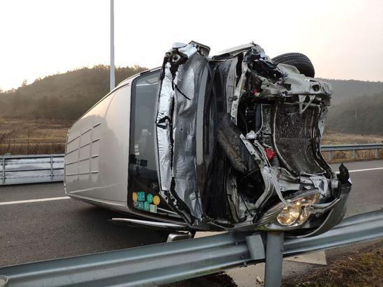 车头严重损毁。 金华高速交警提供